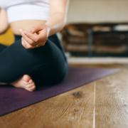Mujer Respirando y Meditando