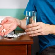 Persona tomando analgésico